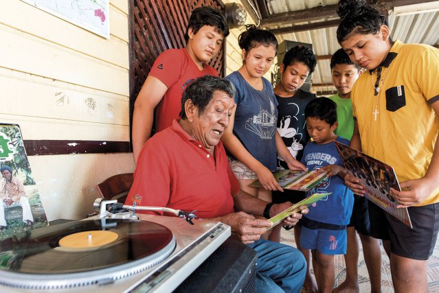 René Mariwajoe fait découvrir à ses petits-enfants la musique du Suriname de sa jeunesse.