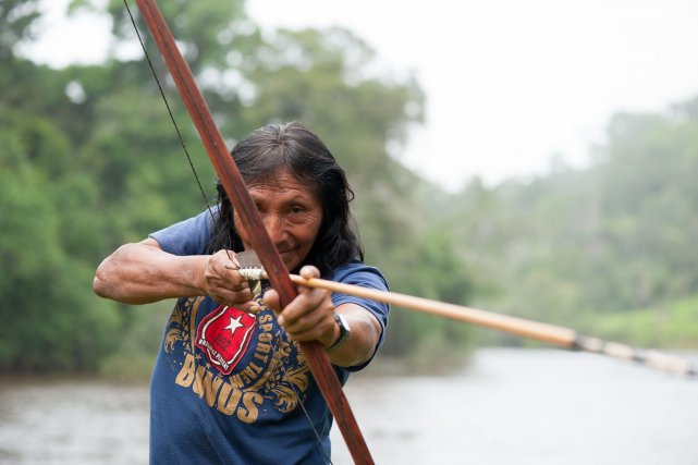 Jean-Baptiste l'un des derniers Wayampi qui  fabrique arcs et flèches