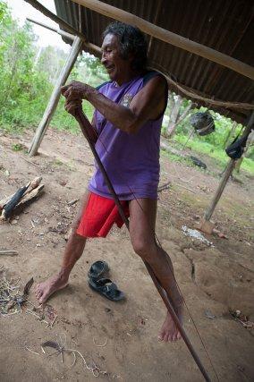 Renaud Sakeu fabrique l'arc wayampi, nommé Paila. Cet arc une fois montée sera hélas inutilisable. Pour avoir tenté de le bander, je dirais 70 livres ou plus ! Renaud sourit et convient qu'il doit retravailler le bois qui est plus dur que prévu.