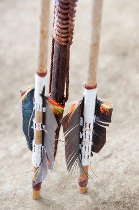l'arc ou Paila et les flèches ou Wilapa. Les Wayampi empennent leurs flèches avec 2 larges plumes. Cela donne de la stabilité au trait à courte distance pour la chasse. Les plumes colorées viennent simplement embellir la flèche.