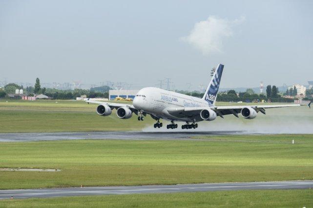 L'Airbus A380 est un avion de ligne civil très gros-porteur long-courrier. Les éléments sont produits et assemblés dans différents pays de l'Union européenne ; les principaux le sont en France, en Allemagne, en Espagne et au Royaume-Uni. Premier vol: 27 avril 2005. Mise en service/ 25 octobre 2007.