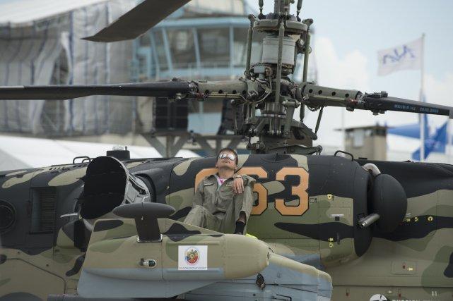 Le KAMOV KA 52 ALLIGATOR est un hélicoptère de combat russe. Version biplace au combat tout-temps et diurne/nocturne.  Premier vol le 25 juin 1997.
