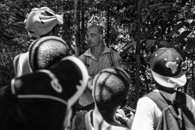 Les élèves d'une classe de Matoury découvrent les sentiers de Lamirande accompagnés par le garde animateur.