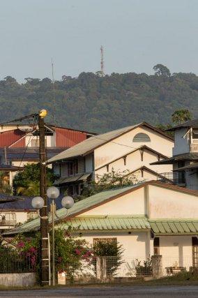 Vue du mont depuis le bourg de Matoury. Cette photographie illustre bien le contexte périurbain de la réserve naturelle.