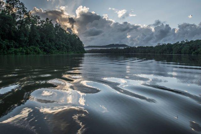 Vue du Mont Grand Matoury depuis la rivière de Cayenne. La moitié du périmètre de la réserve est délimitée par des cours d'eau.