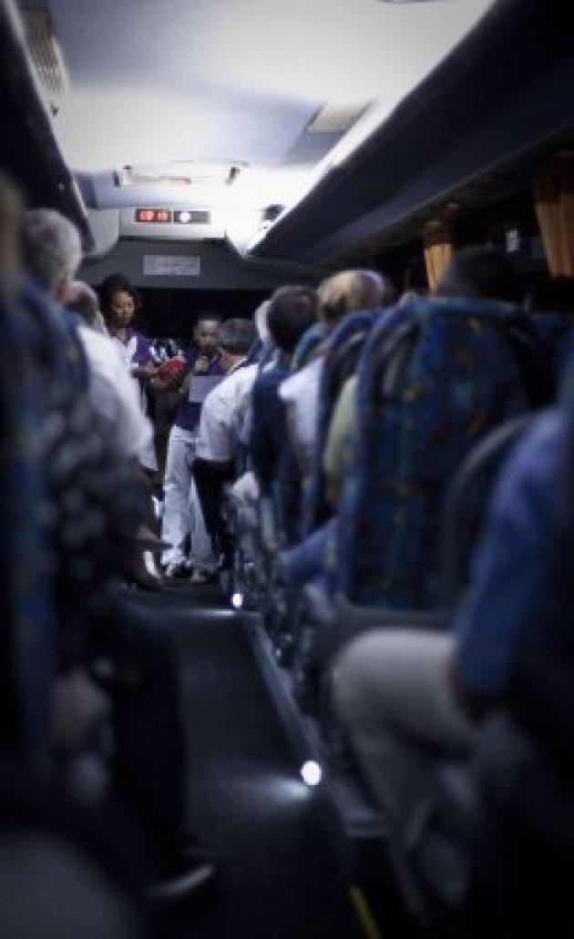 Dans le bus pour le site Toucan, démonstration pour l'utilisation des masques.