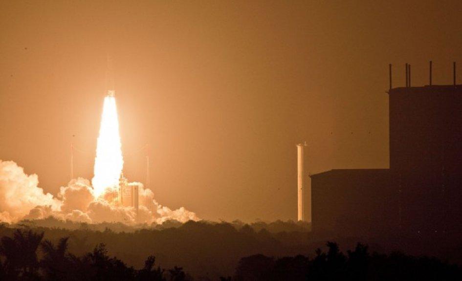 1:34 : Décollage de Ariane V VA205 avec l'ATV3, vu depuis depuis le site Toucan, le 23 mars 2012