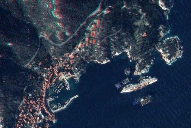 Costa Concordia : Pléiades observe l'avancement des travaux - 28 janvier 2013.Environ un an après le naufrage du navire de croisière Costa Concordia, le satellite Pléiades 1B a obtenu ce cliché en stéréoscopie sur lequel on peut distinguer les structures destinées aux travaux d'enlèvement de l'épave.