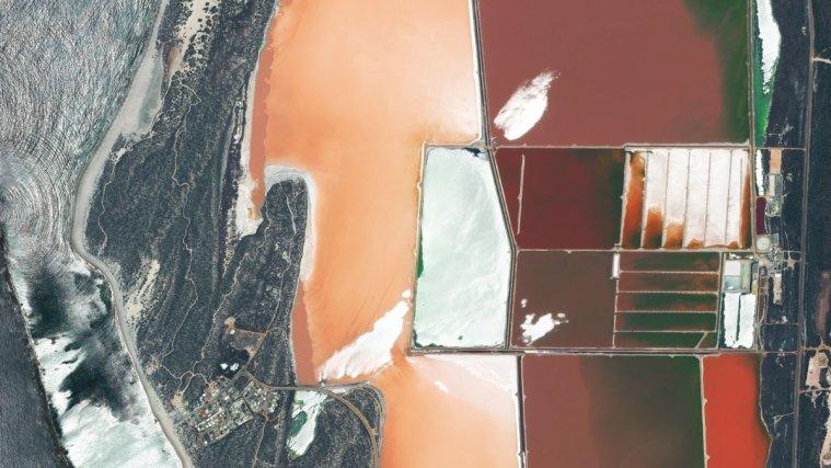 Une lagune rose et salée - 17 décembre 2012. Le satellite Pléiades 1B, lancé le 2 décembre dernier, acquiert déjà des dizaines d'images chaque jour parmi lesquelles cette vue la lagune rose d'Australie.