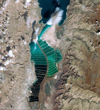 La mer Morte sous l'œil de Spot 6 - Quelques mois après son lancement, en septembre 2012, le satellite Spot 6 nous offre une vue imprenable sur la mer Morte et ses marais salants.25 février 2013