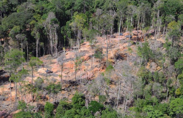 Site d'orpaillage illégal démantelé en 2011 en Guyane par l'armée française, qui lutte contre cette activité dans le cadre de l'opération Harpie © État-major des Armées - Ministère de la Défense